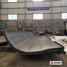NM450耐磨板90度折弯加工,大批量配套改装厂自卸车生产,整板折弯成型平整美观,强度高,耐磨性强。